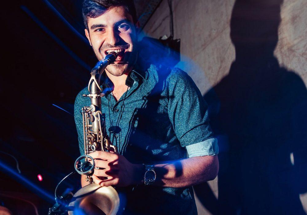 NEON LIVE Dj plus Liveband Saxophon